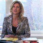 Jacqueline Zuidweg zit achter haar bureau op ons kantoor in Hilversum en legt uit hoe toekomstige ondernemers zich het beste kunnen voorbereiden op de start van hun bedrijf.