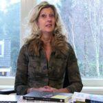 Jacqueline Zuidweg masasında ve Muhasebe ile Yardım Vakfı'nın nasıl çalıştığını açıklıyor.