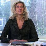 Jacqueline Zuidweg zit achter haar bureau in haar kantoor in Hilversum en legt uit hoe ondernemers uitstel van betaling kunnen aanvragen bij de Belastingdienst.