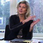 Jacqueline Zuidweg zit achter haar bureau en legt uit hoe ondernemers met belastingsschuld een betalingsregeling kunnen treffen met de Belastingdienst.