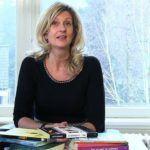 Jacqueline Zuidweg zit op haar kantoor in Hilversum en legt uit dat het helemaal normaal is dat ondernemers twijfels hebben over zichzelf.