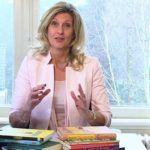 Jacqueline Zuidweg zit op haar kantoor in Hilversum en legt uit hoe de zakelijke en privé omstandigheden van de ondernemer het onderschap kunnen beïnvloeden en hoe ondernemers balans kunnen bewaren als het even tegen zit.