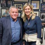 """Stichting Ondernemersklankbord'un direktörü Frank van Santen, Yeni İş Radyosu'nda Jacqueline Zuidweg ile """"Düşmek, kalkmak ve devam etmek"""" konulu bir misafir."""