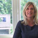 Jacqueline Zuidweg presenteert haar serie Vallen opstaan en weer doorgaan op het kantoor van Zuidweg & Partners in Hilversum. Deze keer met het onderwerp: factoring.
