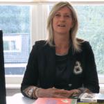 Jacqueline Zuidweg presenteert haar serie Vallen opstaan en weer doorgaan op het kantoor van Zuidweg & Partners in Hilversum. Deze keer met het onderwerp: de meestgestelde vragen: stoppen of doorgaan?