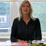 Jacqueline Zuidweg presenteert haar serie Vallen opstaan en weer doorgaan op het kantoor van Zuidweg & Partners in Hilversum. Deze keer met het onderwerp: ben ik failliet?