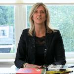 Jacqueline Zuidweg presenteert haar serie Vallen opstaan en weer doorgaan op het kantoor van Zuidweg & Partners in Hilversum. Deze keer met het onderwerp: hoe kom ik van mijn schulden af?
